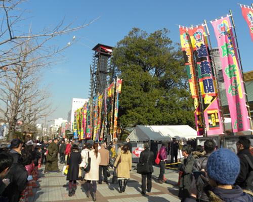 Народо собирается на представление в Кокуги-кан