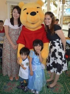 Анастасия с японской семьей в Диснейлэнде