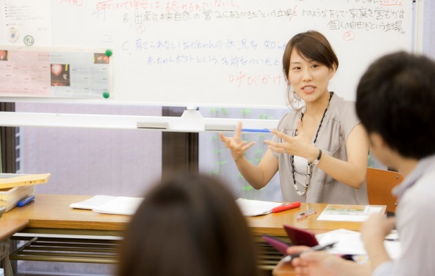 учитель проводит занятие по японскому