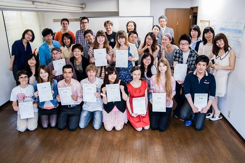 студенты школы Китидзёдзи на празднике