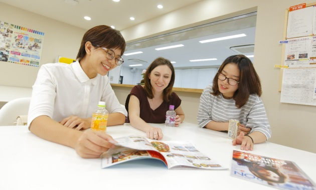 Студентки школы System Toyo Gaigo в перерыве между занятиями