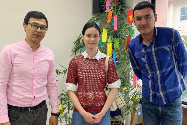 Менеджер Гаку.ру со студентами школы - Джанибеком и Азаматом