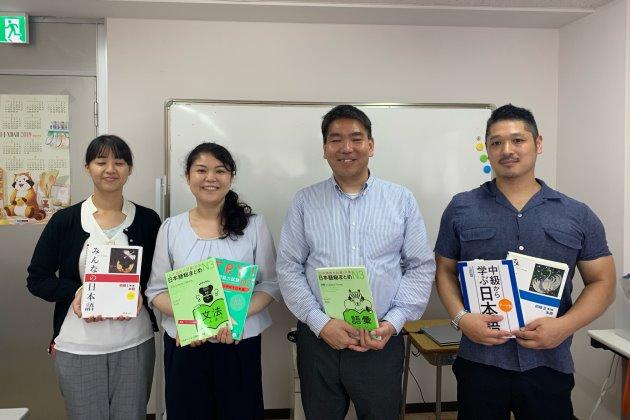 студенты школа Хосана с учебниками, по которым учат японский