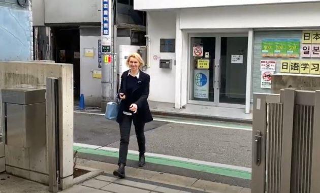 у входа в языковую школу Саму в Токио