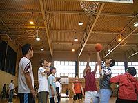 Студенты школы японского языка «Сэндай» играют в баскетбол